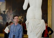 Visitante no museu imagens de stock