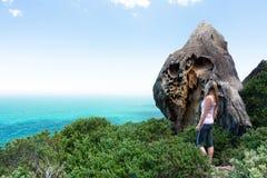 Visitante no parque nacional real que recolhe as vistas foto de stock