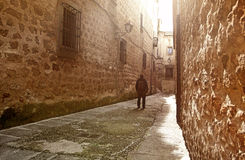 Visitante que anda pela rua medieval estreita em Plasencia, Espanha Foto de Stock Royalty Free