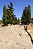 Visitante que camina en el Cardus Maximus, sitio arqueológico de la ciudad romana de Italica, Andalucía, España Fotos de archivo