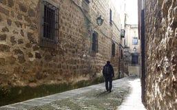 Visitante que camina por la calle medieval estrecha en Plasencia, España Imagenes de archivo
