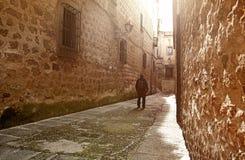 Visitante que camina por la calle medieval estrecha en Plasencia, España Foto de archivo libre de regalías