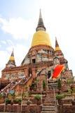 Visitante que ruega al Buda durmiente en el templo antiguo, en Ayutthaya, Tailandia Fotos de archivo