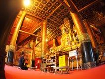 Visitante que ruega dentro de la pintura mural famosa de la TAILANDIA septentrional WAT PHUMIN Imagen de archivo libre de regalías