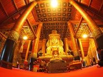 Visitante que ruega dentro de la pintura mural famosa de la TAILANDIA septentrional WAT PHUMIN Fotos de archivo