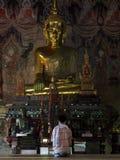 Visitante que ruega dentro de un templo septentrional de TAILANDIA Foto de archivo libre de regalías