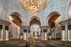 Visitante zayed jeque del pasillo del rezo de la mezquita imagen de archivo
