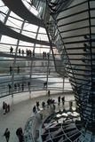 Visitantes à abóbada no Bundestag Foto de Stock