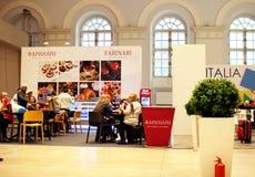 Visitantes à exposição, sentando-se nas tabelas em um café Imagens de Stock Royalty Free
