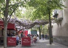 Visitantes al café cerca de la basílica Sakre-Coeur Peopl próximo Fotos de archivo libres de regalías