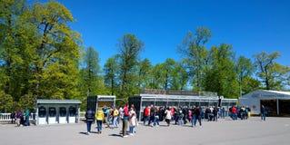 Visitantes ao conjunto Peterhof do palácio e do parque na linha para bilhetes Imagem de Stock