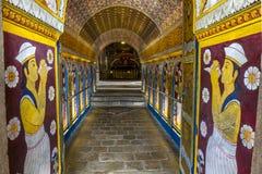 Visitantes ao templo budista da relíquia sagrado do dente em Kandy, Sri Lanka, passagem com Ambarawa Foto de Stock Royalty Free