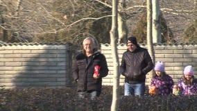 Visitantes ao Vanga complexo em Rupite, Bulgária video estoque