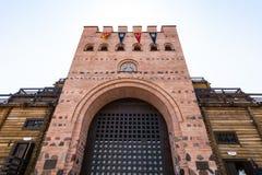 Visitantes cerca de las puertas de puertas de oro de Kiev Imágenes de archivo libres de regalías