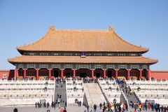 Visitantes chinos y turistas que caminan en Front Of The Hall Of Harmony In The Forbidden City suprema en Pekín, China Fotos de archivo