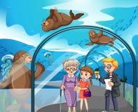 Visitantes da entrevista do homem no aquário Fotos de Stock