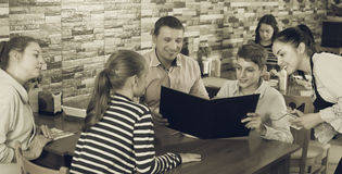 Visitantes de ayuda de la camarera hospitalaria agradable Imágenes de archivo libres de regalías