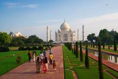 Visitantes de la mañana de Taj Mahal Foto de archivo libre de regalías