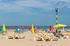 Visitantes de la playa que se relajan en sillas de playa en la playa holandesa de Scheveningen Foto de archivo libre de regalías