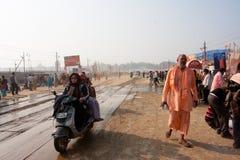 Visitantes de la precipitación de Kumbh Mela del festival foto de archivo