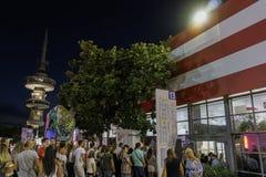Visitantes de Tessalónica, Grécia da 83rd feira internacional fora de um pavilhão Imagens de Stock Royalty Free