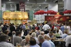 Visitantes del gran festival británico de la cerveza Imágenes de archivo libres de regalías