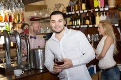 Visitantes del restaurante que beben el vino Fotos de archivo libres de regalías