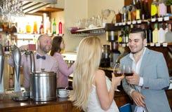 Visitantes del restaurante que beben el vino Imagen de archivo libre de regalías