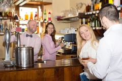 Visitantes del restaurante que beben el vino Fotos de archivo