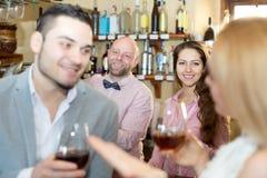 Visitantes del restaurante que beben el vino Imagenes de archivo