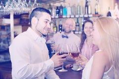 Visitantes del restaurante que beben el vino Fotografía de archivo libre de regalías