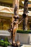 Visitantes del saludo de Warner Bros Bugs Bunny del estudio en la entrada a Warner Bros oficinas en Burbank, Los Ángeles Donald D fotos de archivo libres de regalías