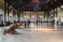 Visitantes dentro de Mont Royal Chalet em Montreal imagens de stock royalty free