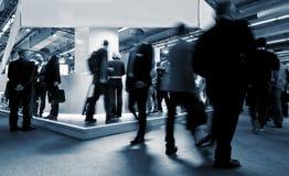 Visitantes do Tradeshow em suportes da feira de comércio imagem de stock royalty free