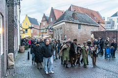 Visitantes e atores vestidos que andam dentro do festival de Dickens fotografia de stock royalty free