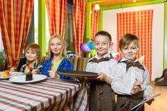 Visitantes e garçons no restaurante ou no café foto de stock