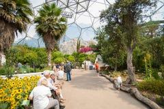 Visitantes el interior de Eden Project de bóvedas del gaint Imagen de archivo