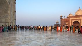 Visitantes em Taj Mahal, India - novembro 2011 Imagem de Stock Royalty Free