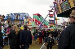 Visitantes em uma feira de condado, Suécia Fotos de Stock Royalty Free