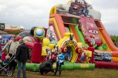 Visitantes em uma feira de condado, Suécia Foto de Stock Royalty Free