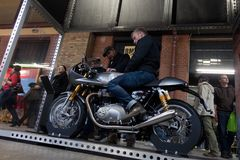 Visitantes en Berlin Motorcycle Show, febrero de 2018 Foto de archivo libre de regalías