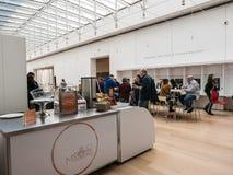 Visitantes en Caffe Moderno, Art Institute de Chicago Foto de archivo