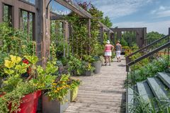 Visitantes en Daniel A Jardín de Seguin, Quebec imagen de archivo libre de regalías