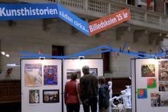VISITANTES EN EL ARTE EXHIBTIONS Imágenes de archivo libres de regalías
