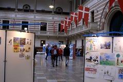 VISITANTES EN EL ARTE EXHIBTIONS Foto de archivo