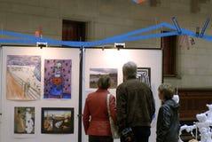 VISITANTES EN EL ARTE EXHIBTIONS Fotos de archivo libres de regalías