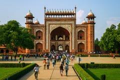 Visitantes en el complejo de Taj Mahal el 20 de septiembre de 2015, en Agra, Uttar Pradesh, la India Imagen de archivo