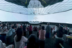 Visitantes en el futuro de nosotros exposición en Singapur Imagen de archivo libre de regalías