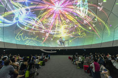Visitantes en el futuro de nosotros exposición en Singapur Foto de archivo libre de regalías