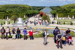 Visitantes en el palacio Versalles del jardín en París, Francia Foto de archivo libre de regalías